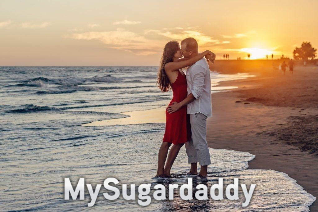 Baecation am Strand. Zwei verliebte während eines Sonnenuntergangs.